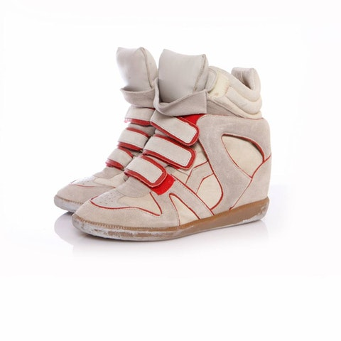 Sand coloured sneaker wedge with red details