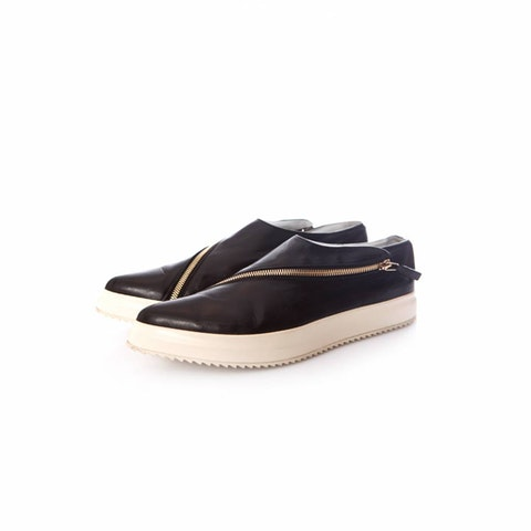 Black leather sneakers with pointed toe and golden zipper