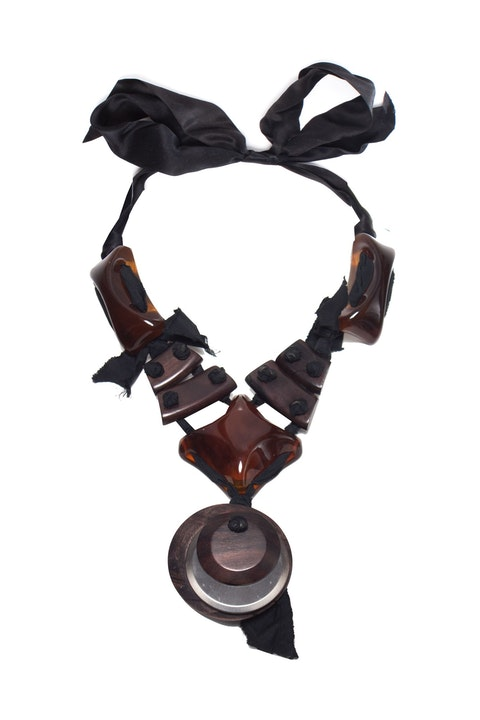 Ribbon necklace in metal and ebony.