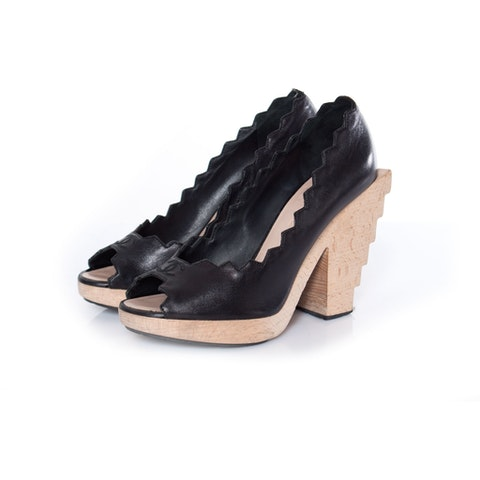 Leather pump with wooden heel