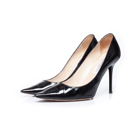 Patent leather pumps in black.